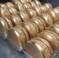 Check out these delicious gold sparkly metalic macaroons Gold Aesthetic, Aesthetic Food, Desert Aesthetic, Macaron Cookies, Macaron Cake, Kolaci I Torte, French Macaroons, Pink Macaroons, Macaroon Recipes