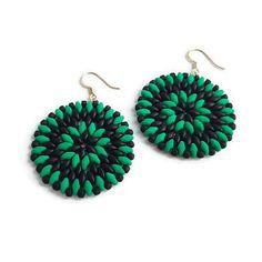Bekijk dit items in mijn Etsy shop https://www.etsy.com/nl/listing/544169164/earrings-green-black-beaded-handmade