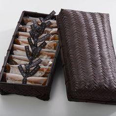 【見た目も味も】おしゃれな和菓子特集!手土産や贈り物にも Japanese Packaging, Tea Packaging, Packaging Design, Cookie Box, Cookie Gifts, Bamboo Crafts, Wedding Gift Boxes, Japanese Sweets, Catering