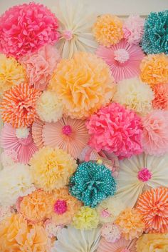 Fondo para photocall hecho con pompones y rosetones de papel