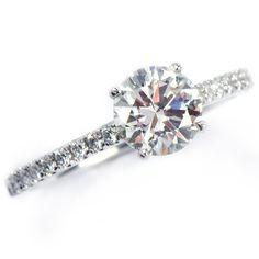 Information för ringen på bilden Metall:18K Vitguld Center: Diamant Karat:1,00ct Färg: TW Klarhet: Vs Sido diamanter: 0,18ct  Tillgänglig från 0.40ct och större. Priset för denna ringmodell med en mittsten på 0,40ct TW/Vs diamant är 40 375kr Priset för denna ringmodell med en mittsten på 0,50ct TW/Vs diamant är 49 125kr