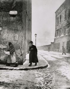 Roman Vishniac Izaak Street, the Main Road in the Pre-war Jewish Ghetto, Kazimierz, Krakow, Poland 1938 Old Photography, Street Photography, History Of Photography, Tanz Der Vampire Musical, Old Pictures, Old Photos, Vintage Photographs, Vintage Photos, Roman