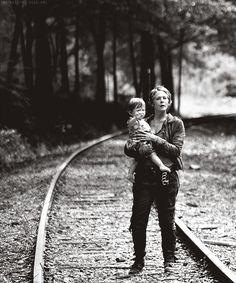 The Walking Dead // Carol & Judith Même si un bon nombre de gens ne l'aiment pas , je trouves Carol nécessaire et je suis bien contente qu'elle soit revenue (Et Daryl et elle ça a intérêt à être pour bientôt!)