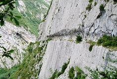 Camino horadado en la montaña