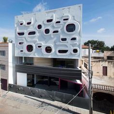 Cassata primary school with lettering on its facade (Bangalore Kindergarten Project, by Cadence Architects) Interesting Buildings, Amazing Buildings, Modern Buildings, Kindergarten Design, Kindergarten Projects, School Building Design, School Design, Architecture Design, India Architecture