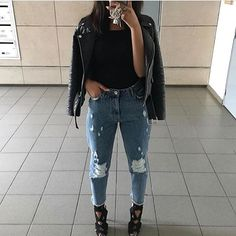 Just because it's getting a bit chilly outside doesn't mean you still can't look stylish. take a look at these gorgeous women for some fall style inspiration! Fashion Night, Women's Summer Fashion, Boho Fashion, Fashion Fall, Fashion 2018, Fashion Trends, Curvy Women Fashion, Womens Fashion, Edgy Style