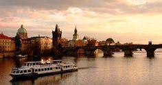Praga, ciudad literaria y romántica vista desde el río Moldava - http://www.absolutcruceros.com/praga-ciudad-literaria-romantica/