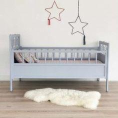 lit de bébé vintage en bois gris