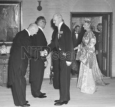 Oslo 19530702. Kronprins Olav 50 år. Her fra Regjeringens middag på Akershus Slott. Kong Haakon og kronprinsesse Märtha i gallakjole med diadem blir ønsket velkommen ved ankomsten. Prins Harald i døråpningen. Foto: Jan Stage NTB / Scanpix