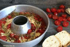 Hol dir die mediterrane Küche Griechenlands ins Wohnmobil: Überbackener Schafskäse mit Tomaten. Eine wunderbare Beilage aus dem Omnia-Backofen.