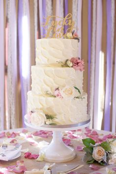 Textured 3 layer buttercream cake with fresh flowers ~ we ❤ this! moncheribridals.com