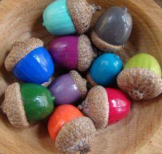 Heel leuk om met de herfst te doen. gewoon de eikels in kleuren lakken☺ Je hebt nodig: Gekleurde nagellak Eikels  Als je ze hebt gelakt, kun je ze eventueel op een blaadje rustig laten drogen. Daarna kunt u ze in bijvoorbeeld een houten kom stoppen.
