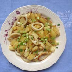 -o tigaie și călește ceapa cu usturoiul. Când acestea se înmoaie, adaugă calamarii și gătește-i aproximativ 5 minute*, amestecându-i frecven...