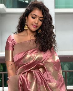 aka Vithya Hair and Makeup looking absolutely gorgeous and stunning in this beautiful rosegold-toned saree. A simple pair of jhumkas and damn those curls rounded her look. Again, she sets some serious minimal saree look goals! Indian Dresses, Indian Outfits, Indian Clothes, Mode Bollywood, Bollywood Makeup, Indische Sarees, Saree Poses, Saree Hairstyles, Saree Trends