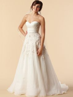 love the sweetheart neckline and the shape of the dress <3