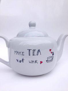 Tasse oder Teekanne mit Spruch, mit handgemaltem Motiv // teapot with handwritten quote made by hochdietassen via DaWanda.com