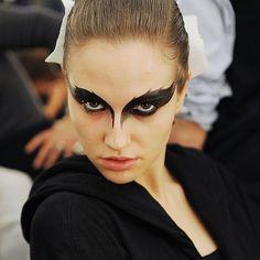 Aún estás a tiempo de crear un 'BEAUTY look' terrorífico y chic. No os perdáis las propuestas de @timeforfashionelle en su último post y Feliz noche de #Halloween!  #halloween2015 #makeup by elle_spain