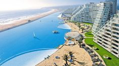 Her er verdens største pool: 250 milliarder liter vand.  The biggest pool in the world.