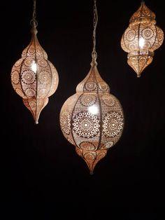 Mooie handgemaakte Filigrain hanglamp uit India die volledig van koper is gemaakt. De buitenkant van de lamp is mat wit gespoten. Is werkelijk een hele stijlvolle lamp en leuk om in verschillende maten op te hangen boven een eettafel.