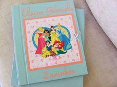 KIT VENDIDO! PODE SER ENCOMENDADO A SEU GOSTO!!  Kit composto de álbum Álbum Artesanal ideal para BOOK + Caixa coordenada.  ÁLBUM composto por capa e contra-capa duras, forradas com papel especial na cor azul claro.  Decoração em rosa com o tema Princesas.  Folhas internas: Papel color plus  e papel seda entre as folhas;  Encadernação costurado estilo brochura.  Quantidade de folhas: 15 folhas (30 páginas)  Capacidade de fotos: 03 fotos 10 x 15 ou 02 fotos 13 x 18 ou 02 fotos 15 x 21 ou 01…