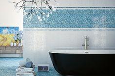mosaïque en bleu et blanc et une baignoire en noir et blanc