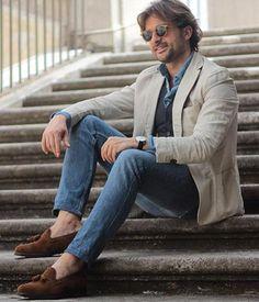 【40代】ベージュジャケット×ブルージーンズ×タッセルローファーの着こなし(メンズ) | Italy Web