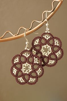Tatting, frywolitki, occhi: Tatted earings Source by halinaczub For more details about this pin visit the publisher website below: More . Tatting Earrings, Tatting Jewelry, Lace Jewelry, Tatting Lace, Jewelry Crafts, Crochet Earrings, Needle Tatting Tutorial, Needle Tatting Patterns, Tutorial Crochet