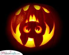 15 Easy And Amazing Pumpkin Carving Ideas You Can Do Yourself - Kürbis Scary Halloween Pumpkins, Halloween Pumpkin Designs, Halloween Ideas, Halloween Pumpkin Stencils, Halloween Dinner, Cool Pumpkin Stencils, Pumpkin Designs Carved, Pumkin Carving Stencils, Easy Pumpkin Designs