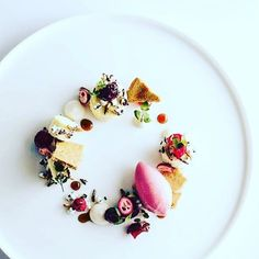 Wonderful summer dessert by @chefdanielkardos #grateplates #gratechef #plating…