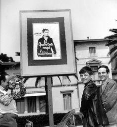 François Truffaut Y Jean Pierre Léaud Ante El Póster De U0027Los 400 Golpesu0027