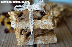 Batoane energizante cu ovaz, nuci si fructe deshidratate. Krispie Treats, Rice Krispies, Untold Festival, Muesli, Raw Food Recipes, Deserts, Drinks, Kitchen, Diet