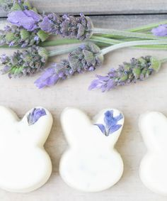 White Chocolate Lavender Bunnies - Sugar and Charm - sweet recipes - entertaining tips - lifestyle inspiration Dark Chocolate Almonds, Chocolate Bunny, White Chocolate, Duck Egg Blue Orange, Gift Baskets For Him, Dessert Platter, Easter Treats, Easter Food, Easter Table