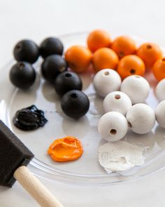 In just about an hour you can make an adorable Halloween Wood Bead Garland. It will be perfect to add to your Halloween decorations! Halloween Snacks, Diy Halloween Party, Halloween Beads, Halloween Projects, Holidays Halloween, Halloween Decorations, Diy Halloween Garland, Diy Halloween Necklace, Rustic Halloween