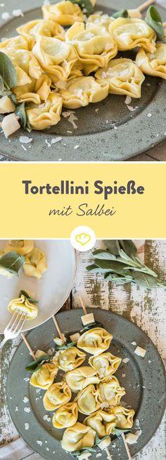Für diese Tortellini brauchst du nur Butter, Parmesan und Salbei. Und statt sie wahllos auf dem Teller zu verteilen, kannst du sie so schön aufspießen!