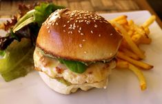 Hamburger mexicain au guacamole et au poulet
