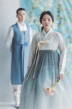 그라데이션 치마위에 본견저고리. Korean Traditional Dress, Traditional Fashion, Traditional Dresses, Japanese Outfits, Korean Outfits, Indian Outfits, Hanbok Wedding, Modern Hanbok, Korean Wedding