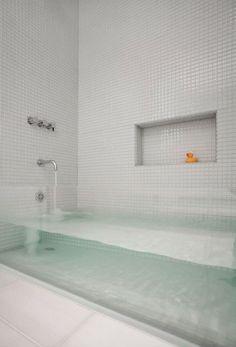 Et si vous faisiez de votre salle de bains la pièce la plus originale de votre maison ? De la baignoire au lavabo en passant par le simple rideau de douche, voici 14 idées pour transformer votre salle d'eau en un temple du design. Vous ne voudrez plus jamais quitter votre salle de b...