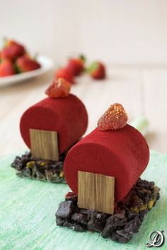 Chocolate and Strawberry Mousse Cylinders with Crispy Oreos and Pistachios, Desserts, Chocolate and Strawberry Mousse Cylinders with Crispy Oreos and Pistachios. Individual Desserts, Small Desserts, Elegant Desserts, Beautiful Desserts, Fancy Desserts, Sweet Desserts, Sweet Recipes, Mini Cakes, Cupcake Cakes
