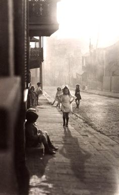 Harold Cazneaux (New Zealand, Australia), Title: Albion Street, Surry Hills. Date: 1911 Old Pictures, Old Photos, Vintage Photos, Vintage Stuff, Vintage Photography, Street Photography, Art Photography, Surry Hills, The Good Old Days