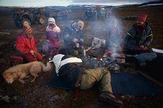 Rodina Gaupových si ohřívá čaj. FOTO: Erika Larsen pro National Geographic