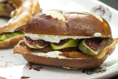 Cream Cheese Sandwitches Cheese Bagels, Hamburger, Chicken, Cream, Ethnic Recipes, Food, Creme Caramel, Essen, Burgers