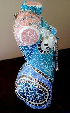 Turquoise blauw bust, buste bedekt met mozaïeken  Turquoise blauw borstbeeld…