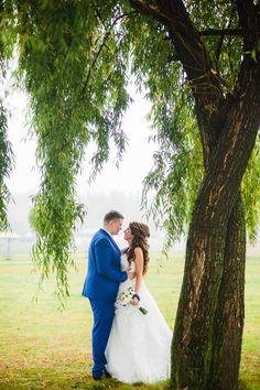 Свадебная фотосессия на природе. Невесты и жених синяя морская свадьба