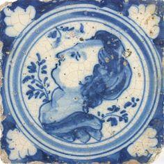 Dit is een delftsblauwe tegel met daarop een vrouw.