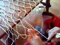 Cómo hacer un bolso de red en ganchillo Net Making, Lace Making, Needle Lace, Bobbin Lace, Yarn Crafts, Diy And Crafts, Button Hole Stitch, Crochet Market Bag, Knit Basket