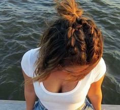 NavegaçãoTrançadosOndulados e cresposCoquesPenteado com acessóriosPenteados mais elaboradosCada vez mais os cortes de cabelo médios e curtos estão caindo no gosto da mulherada. Hoje em dia, é muito mais comum encontrar nas ruas mulheres com cabelos mais curtinhos, e deixando as madeixas longas de lado. A escolha dos penteados para cabelo curto geralmente é associada à …