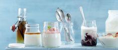 Yogourt à la rhubarbe et au sureau Brunch, Dessert Parfait, Panna Cotta, Ethnic Recipes, Food, Rhubarb Compote, Recipe, Elder Flower, Corning Glass