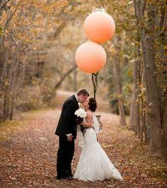 El novio y la novia con globos naranjas. 98