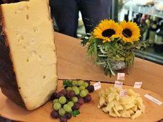 Der Emmentaler AOP ist der König der Käse! Seit wann gibt es Emmentaler AOP? Was hat er mit dem Schwingen zu tun? Wie schwer ist ein Laib? Wie entstehen die Löcher und wie wird der Käse produziert und gelagert? Dies und vieles mehr erfahrt ihr in unserem Blogbeitrag, wo ihr auch Rezepte mit Emmentaler findet! #Emmentaler #Schweizer #Käse #Rezepte #Geschichte #Produktion Ethnic Recipes, Food, Healthy Eating For Children, Swiss Cheese, Cheese Recipes, Tips And Tricks, History, Health, Food Food