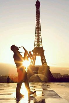 Saxofon player and sunset by eiffel tower - now that's magic...